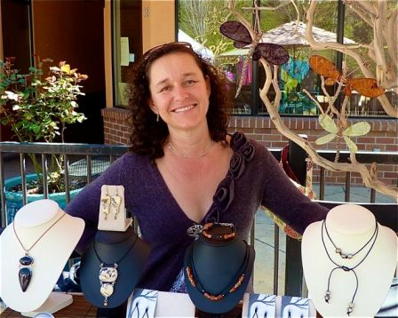 Looks who's back for her first showing of the season. If you have been looking for Karina Mendoza-Wittke, she will be at the market with her new jewelry designs this coming weekend. Find her at the top of Calle Guanajuato. Welcome back!