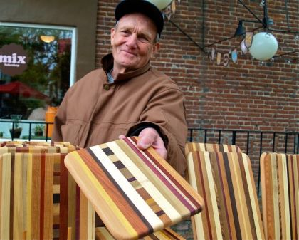 Bruce Kramer makes outstanding cutting boards. He has been a member of the Lithia Artisans Market for a long time. Weekends on Calle Guanajuato.